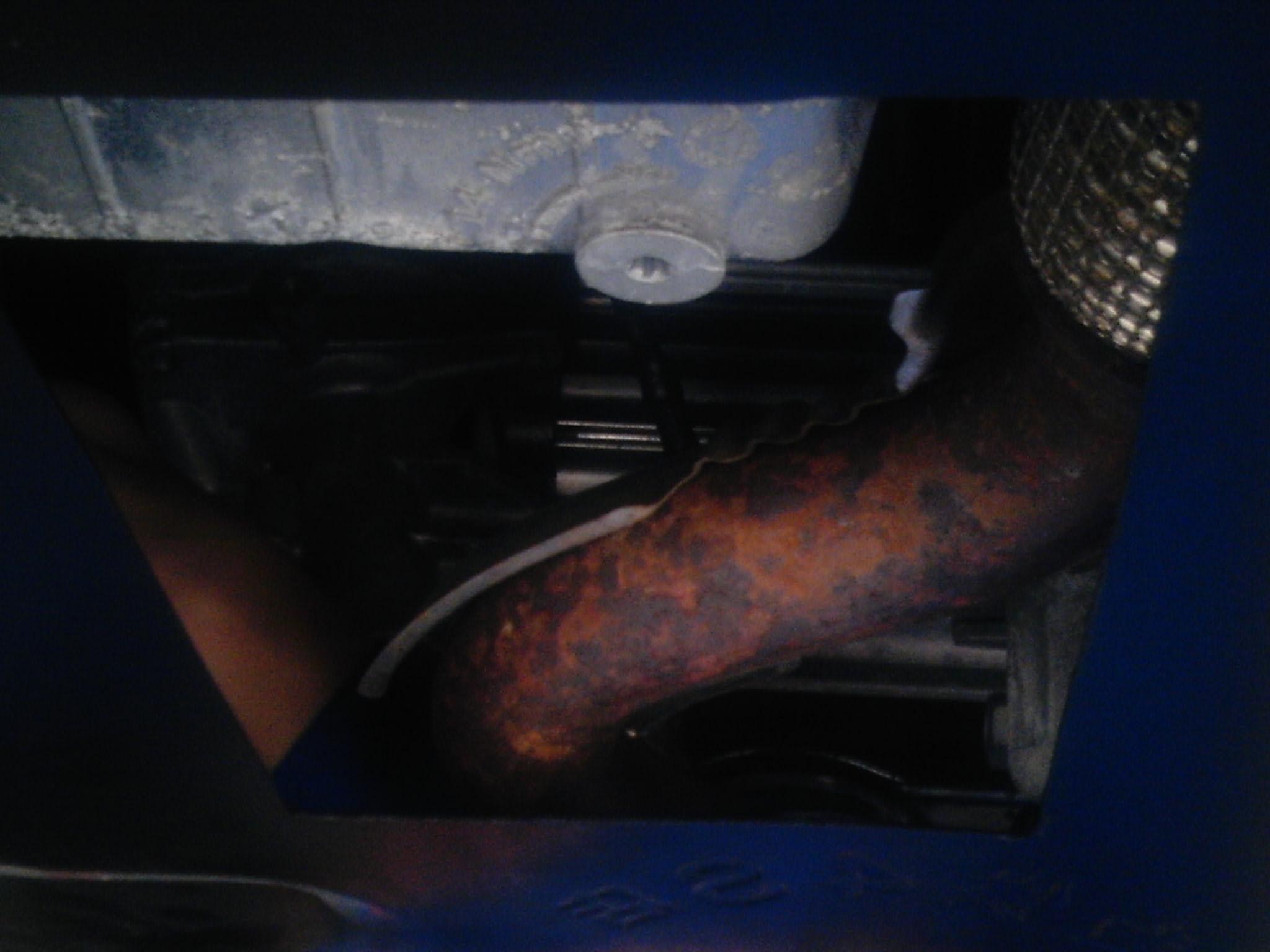 雪佛兰科鲁兹底部排气管和支架大面积的生锈厉害