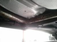 雪佛兰科鲁兹底部排气管和支架大面积的生锈厉害高清图片