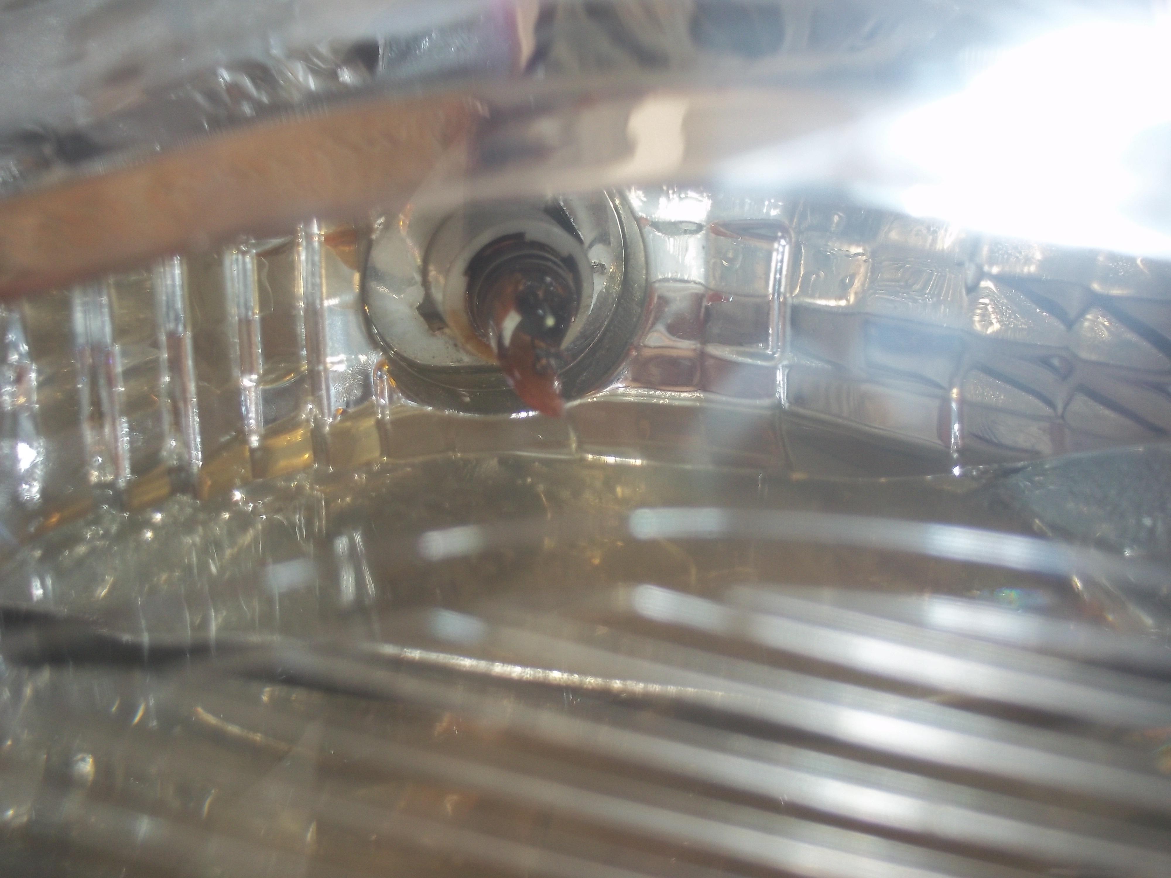 悦翔v3右大灯大灯进水,导致转向灯灯泡爆炸.