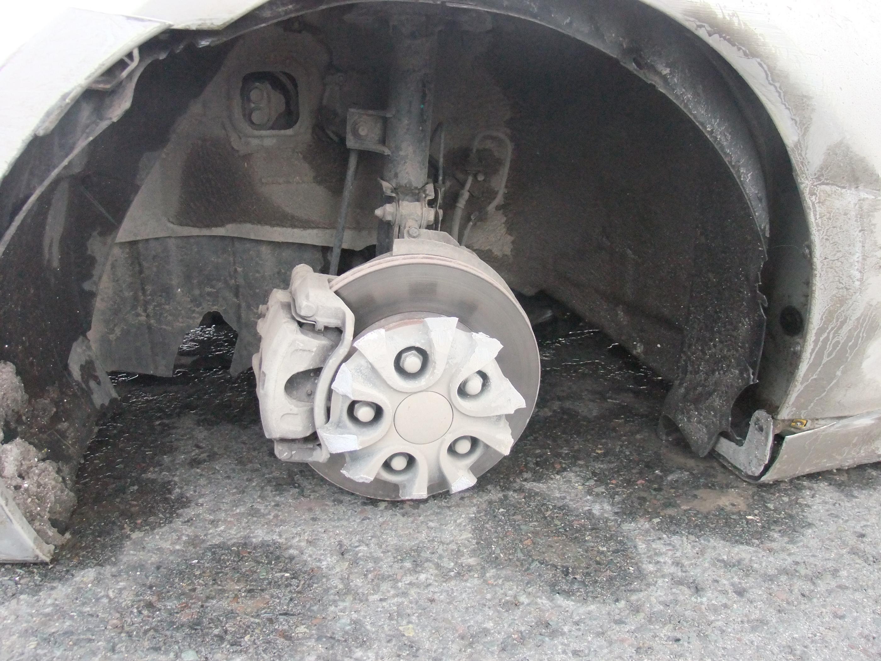 起亚k5汽车轮毂断裂 无人问津高清图片