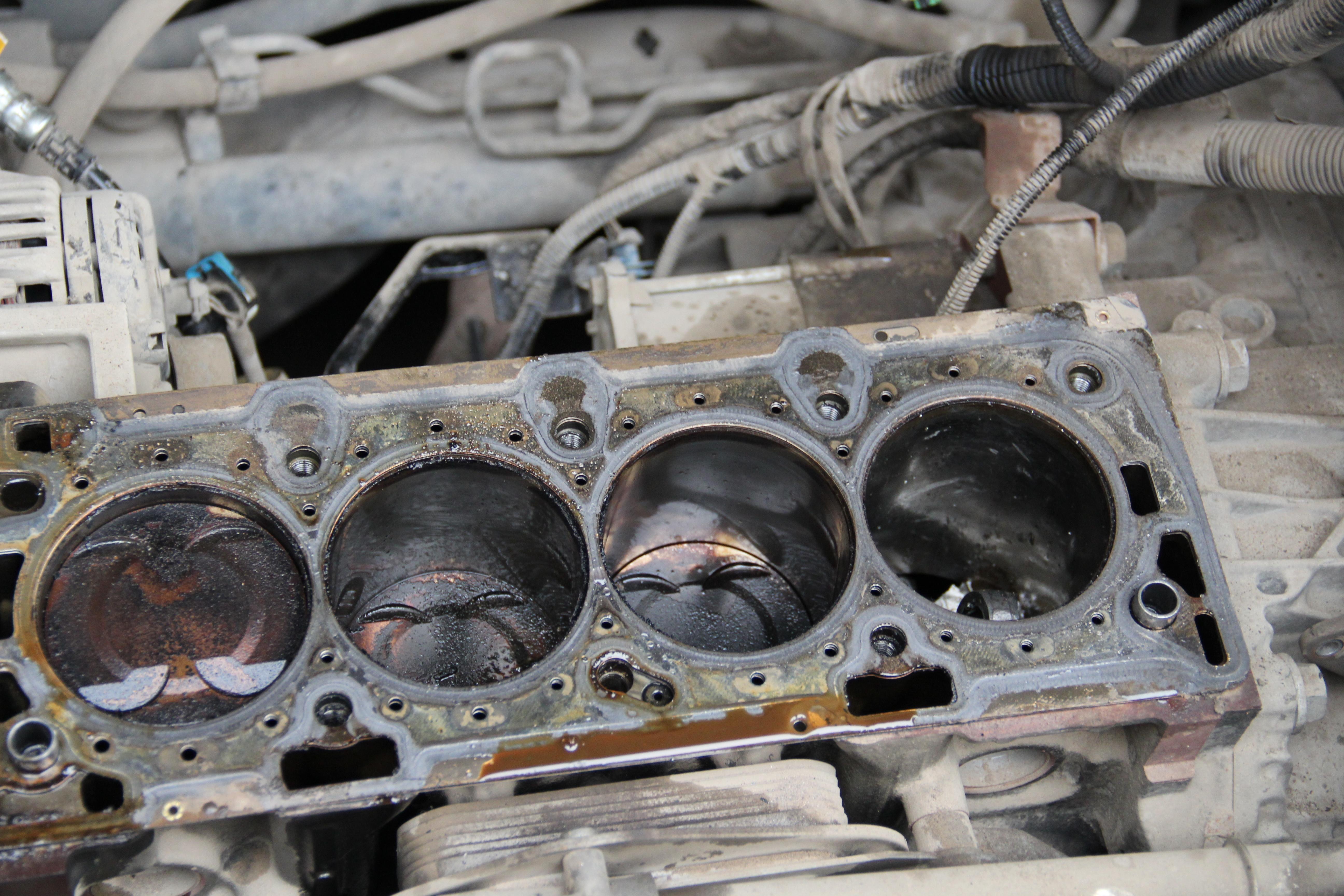 发动机第四缸单缸活塞粉碎