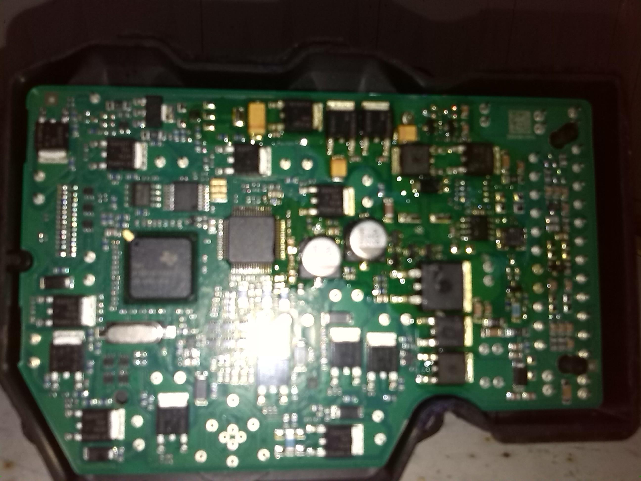 本人奇瑞A3车2013年6月12日仪表盘出现制动灯、ABS灯和ESP灯间歇性亮,2013年6月29日到兴义市奇瑞4S店检查,必须更换整个ABS泵,价格是5700多元,不包括安装工时费(其实当年9月召回只需更换其中一个模块,1000元不到,属于误导消费者)。由于没有现货,价格太高,本人没有同意,回来后在网上买了一个便宜的非原厂ABS泵,于2013年7月12日在当地奇瑞二级维护店更换上,之后于2013年10月17日开始会出现制动灯灯间歇性亮,还有刹车性能不如以前到位。因为原车拆下来的已坏ABS泵过了质保期,就