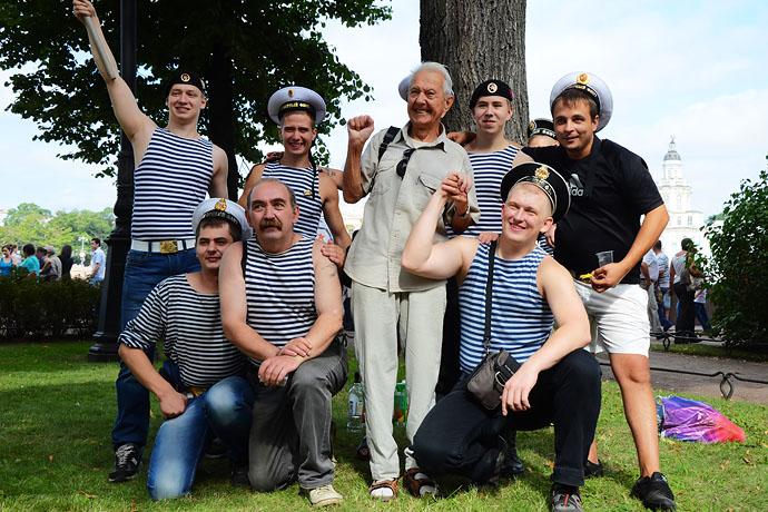 俄罗斯·巧遇圣彼得堡猛男壮汉们狂欢的海军节