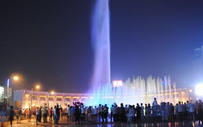 有时候,旅行中不经意间的邂逅才是最难忘的。在济南的最后一晚,泉城广场那场动感十足的荷花音乐喷泉就是我此次山东之行中最美丽的邂逅。朋友说来到他们济南一定要去市中心的泉城广场欣赏音乐喷泉,于是吃过晚饭便顺道去了。不知是机缘巧合还是人品爆发,刚走到广场,便响起了音乐,伴随着凤凰传奇《最炫民族风》动感十足的歌声,只见一条高达五十米的水柱直冲夜空,紧接着彩色金莲四周也喷出水花,和着音乐的节奏,不断地变幻样式和色彩,真是又绚丽又多姿,我深深地陶醉在这夏日里舞动的泉水之中。