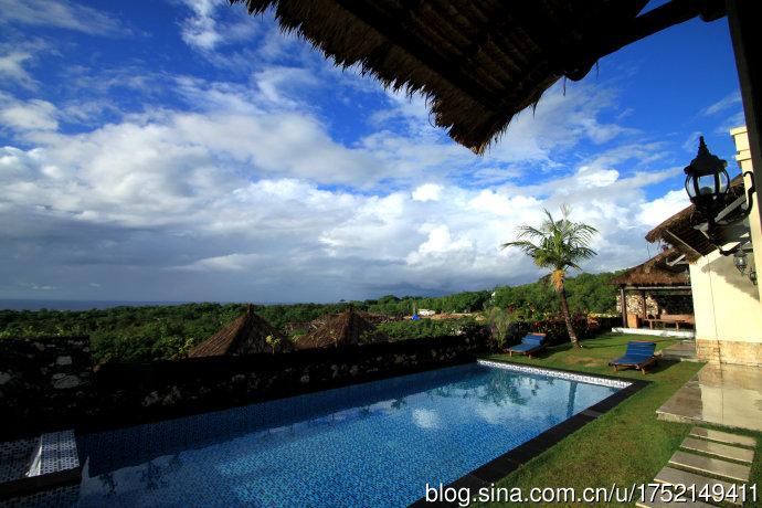 位于巴厘岛著名的乌鲁瓦图风景区,正面直对着印度洋,可以直接欣赏到