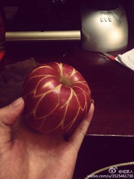 苹果雕刻步骤,为平安夜的ta送上一个不一样的