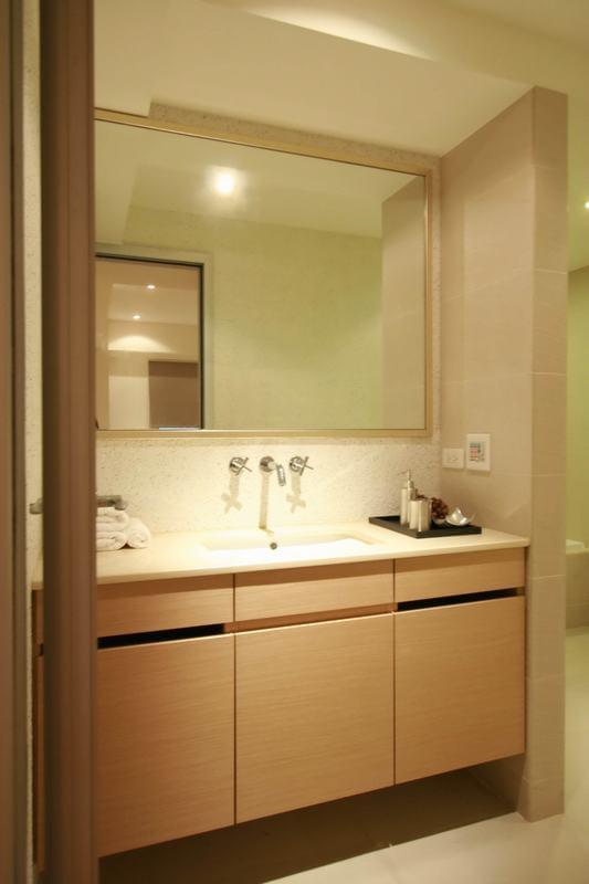 虽然空间使用者为四人,但设计师江宣甫了解屋主未来仍有换屋的需求,因此将三房改为两房格局,开阔客厅活动尺度同时也加值出大储藏间,作为实用的收纳设计。另外,在洗手间部分两间长型卫浴的打通,江宣甫将主卧卫浴加大为L型动线,方便屋主替小朋友沐浴,同时也将客卫改以小巧方正格局呈现。 设计师:江宣甫 主要建材:木地板大理石、玻璃、铁框、磁性玻璃