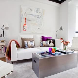 优雅女人味 功能强大的鲜艳复式小公寓