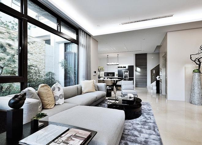 案例简介 工程地点:琥珀湾 户型面积:300平 设计风格:后现代 家庭构成:别墅 业主需求:简约时尚、稳重大气 设计概念:以简约内敛的基调出发,简洁明亮的空间适当的留白,掌握俐落线条的延伸,取求空间最简单的元素,将每一个空间完美整合,融入生活机能的实用性考量,没有多餘的浮夸装饰,将视觉焦点留给空间与整体物件上,妥善安排与规划室内灯光与自然採光,為空间注入暖流,大器却细腻的表现,将人的概念带入空间,创造合宜且舒适的大宅。 联系方式: 热线电话:4008858456 024-23944898