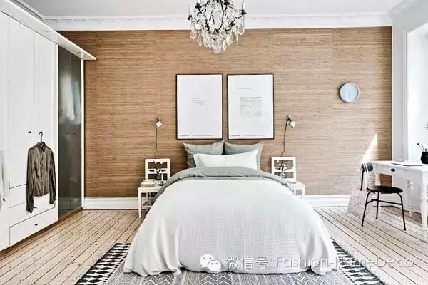 又是一个来自瑞典的小空间,之所以一直推荐北欧的案例是因为他们的每一个小空间都设计精巧又合理,而且还不缺空间装饰风格。值得国内的小户型借鉴。和以往的北欧公寓案例一样,这个空间同样采用白色的墙面,稍有不同的是。它将白色与木色搭配,木色床头背景和原木色的地板,让整个空间看上去更加自然、清新。客厅里黑白灰的色彩点缀一块薄荷绿色的地毯及绿色饰品,让整个空间氛围更具自然风格。微信公号:Fashion-HomeDeco
