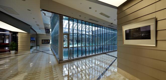 这个空中楼台是由玻璃和钢结构组成