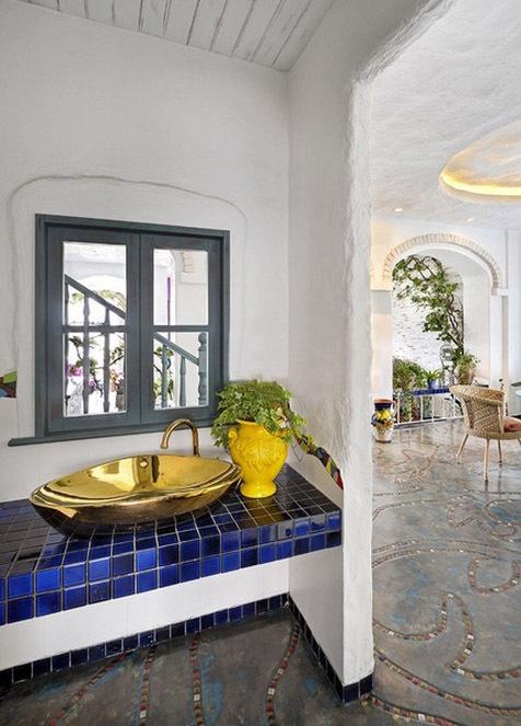 客厅欧式风格的沙发背景墙是绿色的藤蔓搭配很清爽,阳台的边上还设计