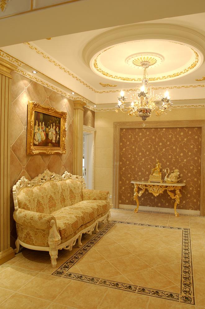 金碧辉煌的欧式家具恰好与豪华大气的住宅空间和谐地