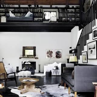 谷仓改建的黑白经典复式住宅