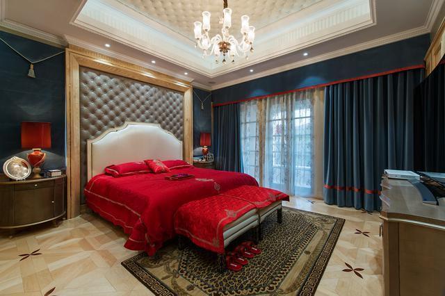 设计理念:别墅生活,不同于一般的住宅,既有平淡也要有激情。就像法式风格所呈现出态度一样,浪漫就是代名词。在本套设计中,业主是一对新婚夫妻,即将迎来一个新生命,因此设计师在色彩的选则上多采用明朗、鲜艳的的色调,将法式的浪漫与温馨融入到家居生活的每个角落,丝丝入扣。 项目地址:上海市浦东区 项目名称:中金海棠湾 装修规划:法式风格 咨询热线:18701952725(可加微信)QQ咨询:2724156709 设计师:尚层装饰上海分公司主创设计师陆晓峰作品