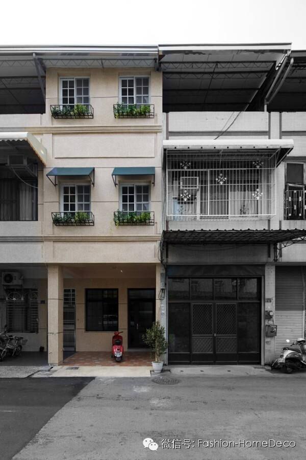 来自台湾市中心的一栋50年历史的老房子,类似南方的民建住宅。是集中建成的狭长形设计。设计师通过对庭院、天窗的改建,让整个空间的后院贯穿起来,阳光能直接照到地下室的空间。巧妙的运用空间色彩改变狭小空间的采光感。阳光房里的红砖墙和老窗户墙是整个空间最精彩的设计。微信公号:Fashion-HomeDeco