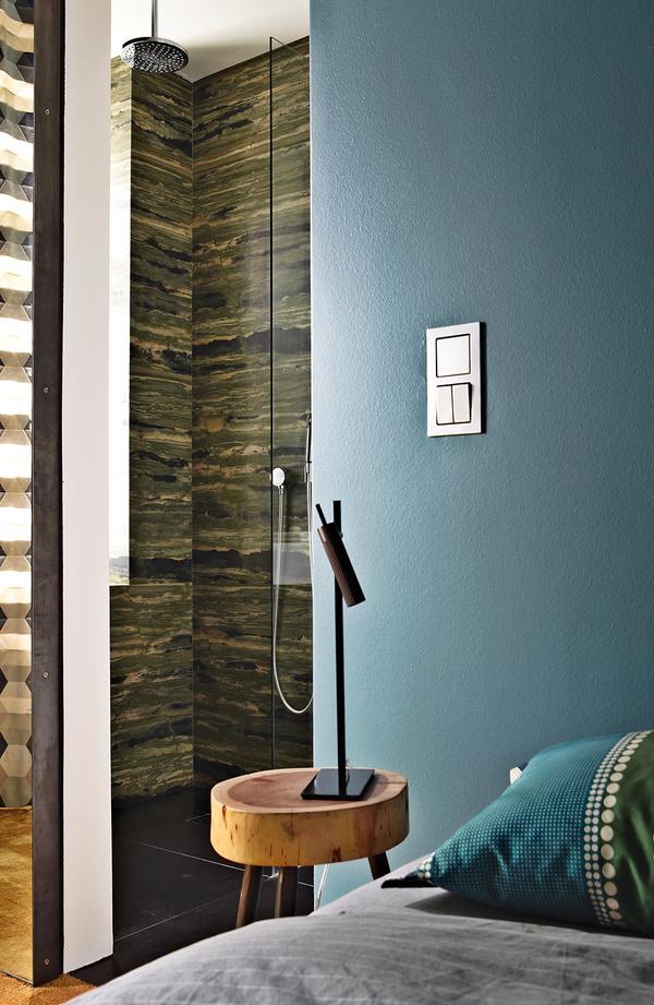 60平方米暗色调时尚现代公寓