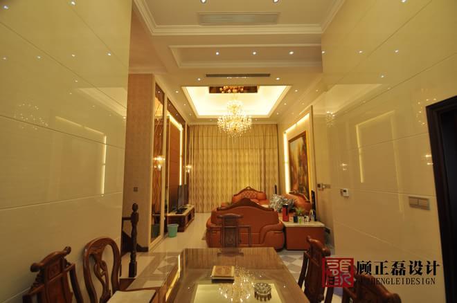 本案位于常熟市中南世纪城,整体以欧式风格贯穿始终,客厅以素色大理石砖饰面,点缀雕花茶镜和皮纹硬包,空间给人以大气奢华之感。在色彩上以米色系为主色调,搭配深棕色、金色,表现了欧式风格的华贵气质。进门走道地面采用素色大理石砖饰面菱形铺设,划分空间,端景墙面采用皮纹硬包,配合水晶吊灯的暖色灯光,营造出温馨之感。客厅以素色大理石砖饰面,点缀雕花茶镜和皮纹硬包,空间给人以大气奢华之感。餐厅顶面采用菱形车边银镜饰面,给人以空明之感,窗口一套实木酒柜,方便又实用。 厨房里整套实木橱柜,高档实用,顶面采用集成吊顶模块,干
