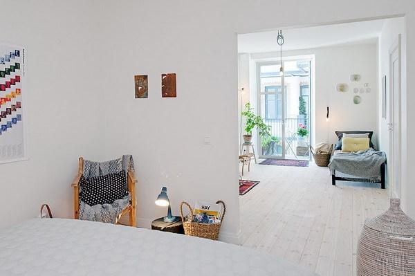 北欧的简约设计设计风格总是以其朴素、简练、平易近人的现代感打动了一个又一个人甚至影响着世界的设计格局。这是一间位于瑞典的舒适公寓,整体主要以白色为主而且采光极好这都与北欧地区少阳光的特点相适应。房间没有过多的装饰成分完全依靠这些我们耳熟能详的经典家具设计作品和平面图形、绿植等为空间增添色彩,伊姆斯夫妇的摇椅和雅各布森的蚁椅等等这些经典家具我们都可以看到,并且和房间的装修风格十分统一。