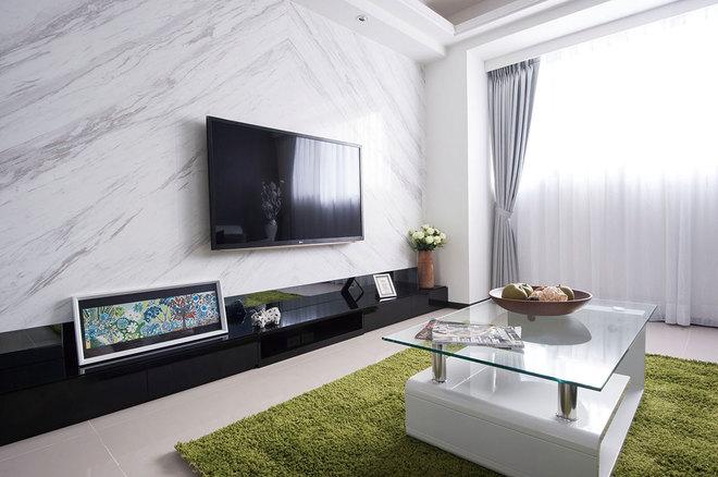 也呈现进门见圆的吉祥概念,客厅电视墙运用银狐大理石与黑镜平衡量体