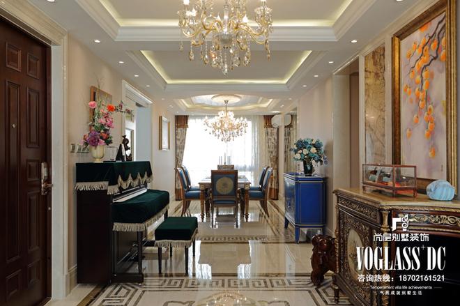 这是一套浪漫温馨欧式专业别墅设计。男女主人将这套公寓作为第二居所,只在周末和度假时入住。夫妻两人热衷于在世界各地留下自己的足迹,不仅对沿途风景,更是对旅行路上遇到的艺术品着迷。他们希望公寓能够充满具有古典韵味的艺术气息,设计师以此为线索,借用纷繁复杂的线条、图案和色彩等元素,着重协调搭配,细节上谨慎考究墙面、地面、棚顶和家具的选材和陈设,将它们完全融合在室内中,充分地表现出了古典文艺的主题,使别墅空间设计既温馨、浪漫、贵气十足,又不失艺术底蕴。