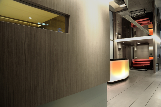作品: 招商中心China Merchants Tower 面積: 867.3sqm 項目地點: 香港 設計公司: 洪約瑟設計事務所 設計師: Joseph Sy, Eric Li 完工時間: 2011 年5 月 設計理念 室內的立體視覺藝術 整個室內空間采用了線條簡約明快的材料,沒有過多的修飾給人寧靜舒適的感覺。用色上與客戶公司LOGO的色彩保持整體一致以灰色和粉紅色為主。設計師巧妙地融入了獨特的色彩元素,粉紅色破格地出現在大會議中彷如躍動在萬花中的一點紅。!簡練大氣的設計裝潢摒棄了傳統辨公室元