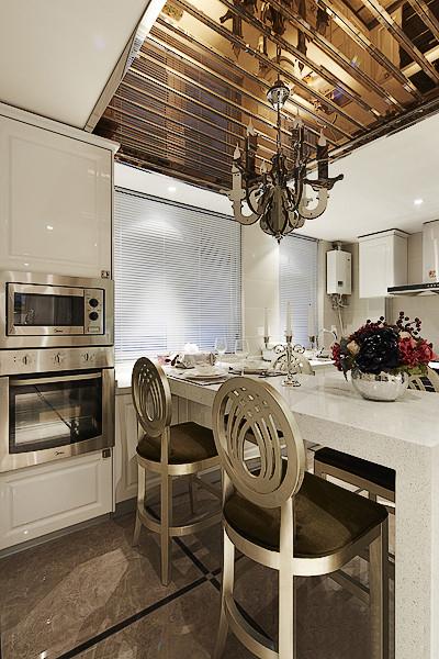 吧台的设计十分巧妙,利用岛台的分割性,一半操作台一半餐桌,功用齐全.