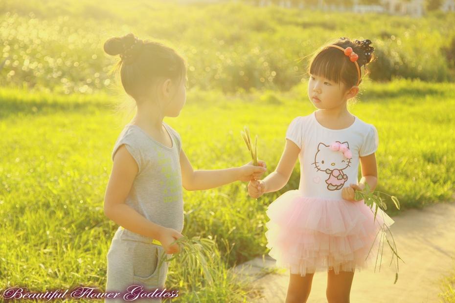 我们彼此心连心 我们是一会嬉戏一会懊恼的姐妹 我们手牵手走过美丽的