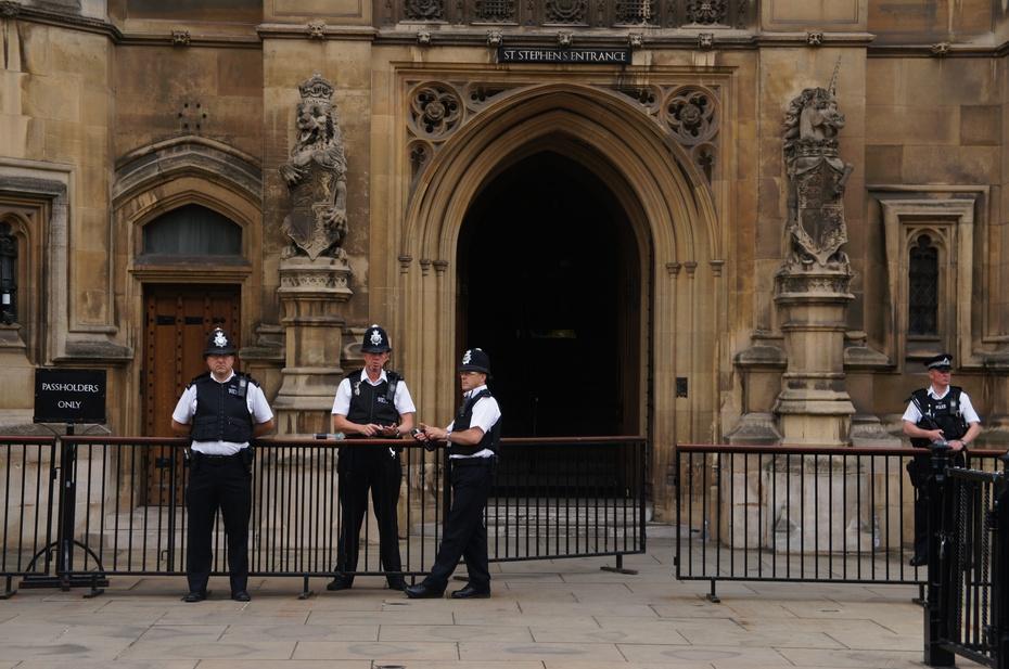 大本钟我就不说了吧,和大本钟连在一起的议会大厦我也不用介绍了吧!上网一搜,非常详细。我要说的是我心里怀揣了很久的那点内心情愫。我曾写过一篇日记,叫《照片的故事》。在那篇日记里,我搜集了14年前媳妇来英国读书时在伦敦拍的照片,也搜集了女儿来英国读书在伦敦拍的照片。有意思的是,她们娘俩似乎心有灵犀,有7、8张照片几乎是在同一个地点拍摄的。在我这篇游记里的第5张照片,就是她们娘俩同一拍照地之一。让我感慨的是我也终于站到了这个地方。 我们在大本钟和议会大厦的周边溜达了很长时间,我是很想了解英国议会的那些事儿,但我
