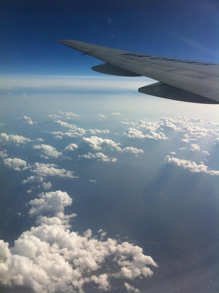 在飞机上看云,聊天,看画册,玩数独,再吃一顿正餐和点心,不知不觉就