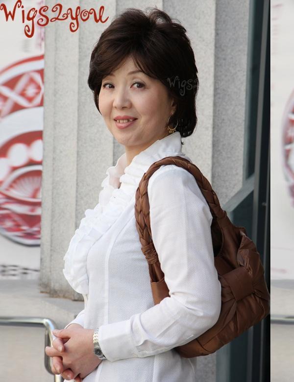 中年女性向上提升的大纹路短发