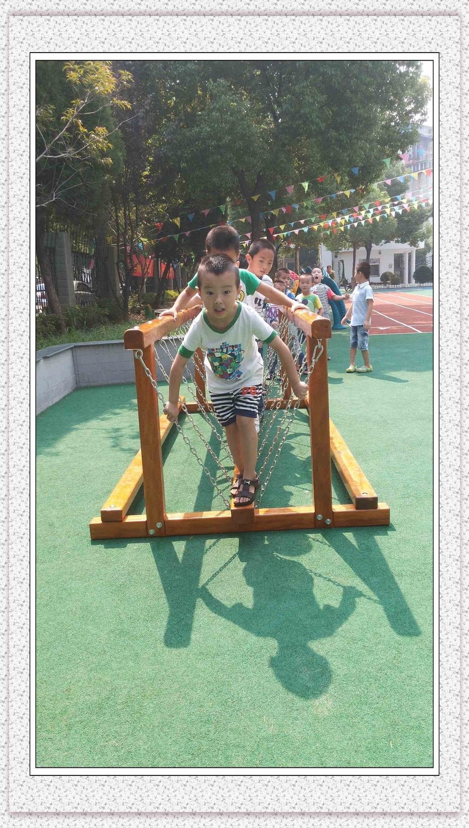 户外活动:走吊桥(活动掠影)(男生)-阳光幼儿园大三班