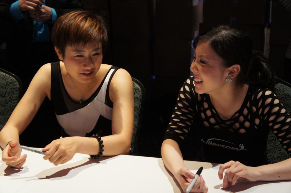 丁宁和邢延华,两个小姑娘聊的特别开心。