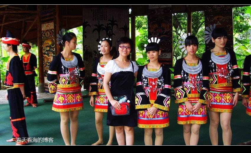 黎族舞蹈有特色,民族服饰最是美! 自带一枚老美女,虎视眈眈看得紧!
