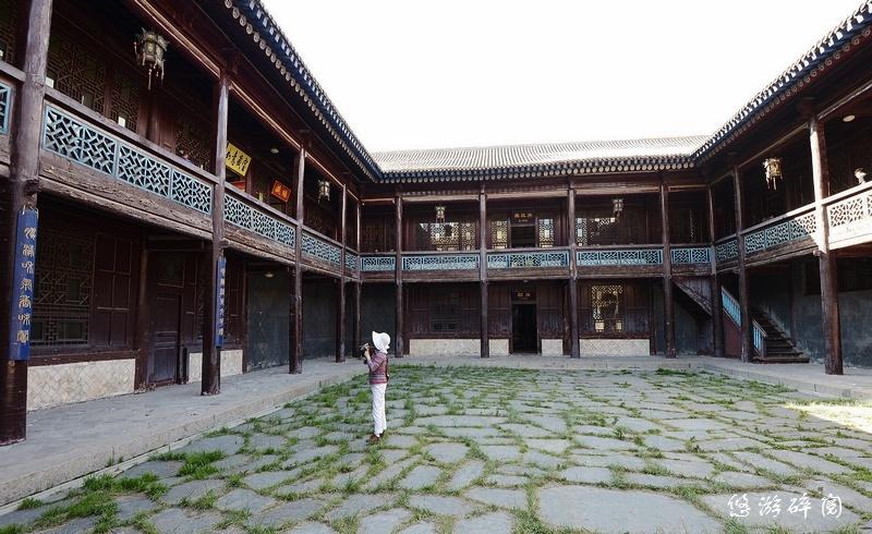 一个古典廻廊木结构的中式二层楼四合院