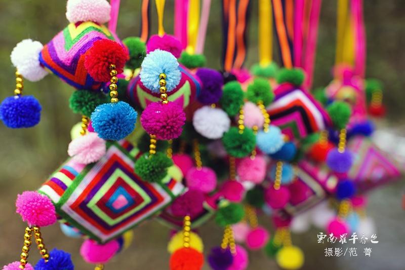 五彩缤纷的民族花纹手工挂件