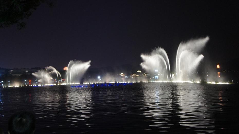 夜色中的西湖音乐喷泉 - 余昌国 - 我的博客