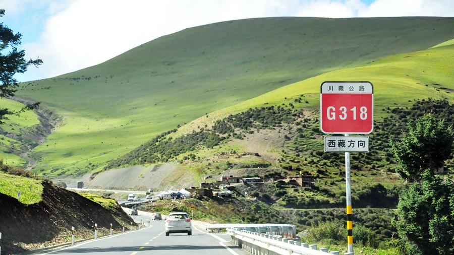 才算是真正意义上的进入了318国道川藏公路境内,随着海拔的升高,风景