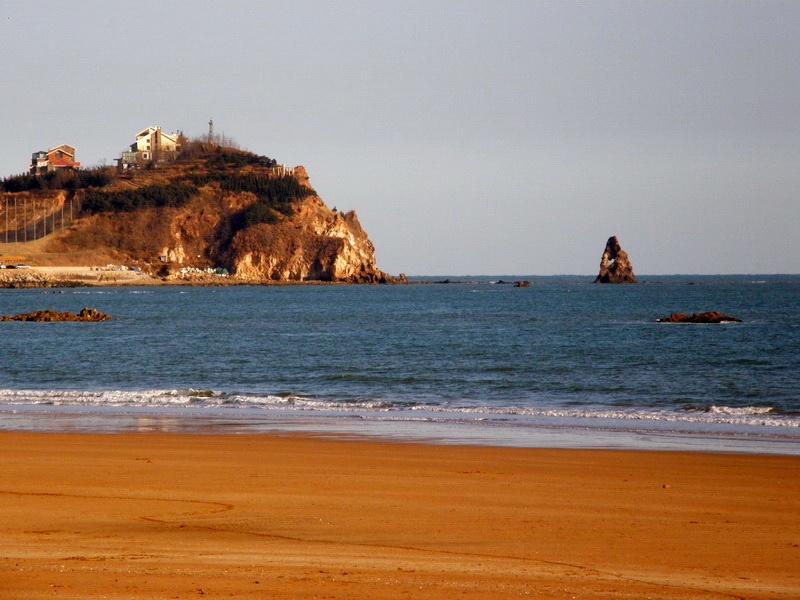 石老人海滩是青岛崂山区一个最大的海水浴场,因