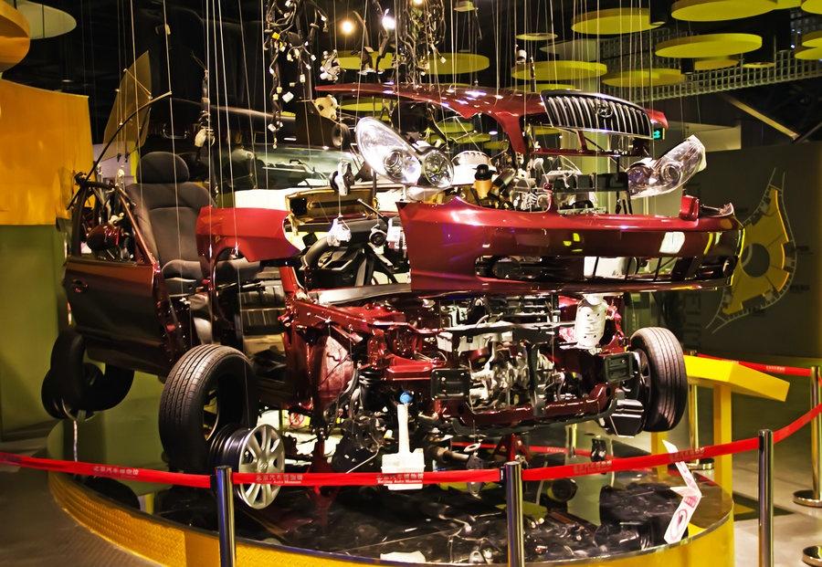 汽车分解成两万多个零件的模型,有汽车的纵剖面展示.还有最高清图片