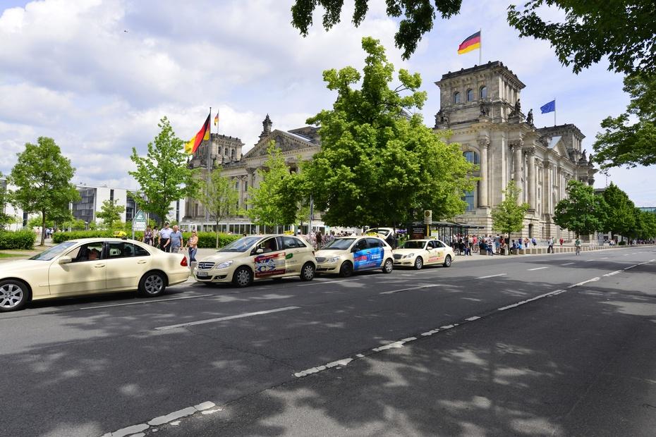 穿过象征德国独立的勃兰登门,越过巴黎广场和菩提树大街,就来到国会