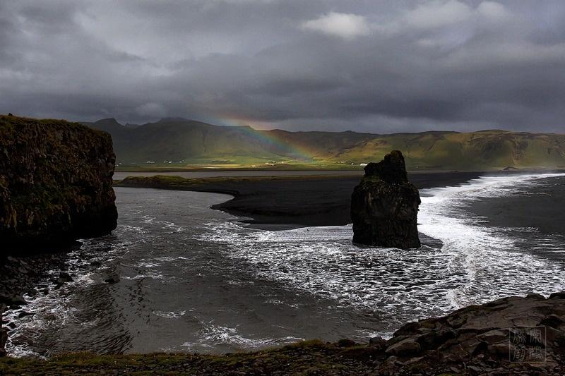 黑沙滩位于冰岛南部,一个只有300常住居民的小镇维克(vik)边边上