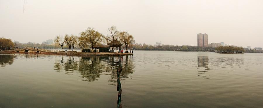晨游大明湖--泉城济南游之三    我们首先来到济南古城北部的大明湖畔