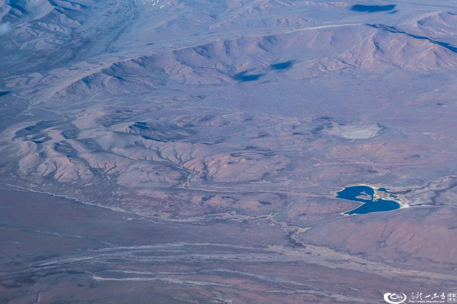 查了资料:这片戈壁沙漠面积为130万平方千米,位于中国和蒙古国之间,亚洲面积最大,世界第四,也是世界上最北面的沙漠。尽管在蒙古语中,戈壁沙漠意味没有水的地方,实际上有些地方地下泉水会不断从岩石和沙丘中冒出,有很多盐水湖。这片沙漠的极限温度,冬天可跌至零下30摄氏度。而夏天最热的时候可升至40摄氏度以上。