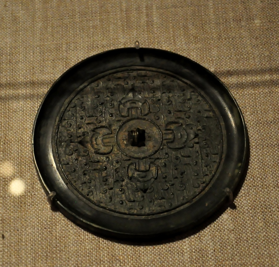 战国时,铜镜开始盛行;到汉代,花纹图案变得丰富,除几何图形外,还有
