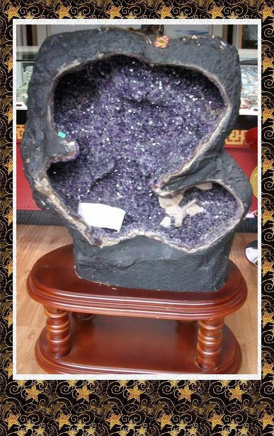 玛瑙,是岩浆期后热液作用下的地质分泌体。 当围岩中必须据备一个形成的空间(结晶窝),以利于矿物附着结晶。从现在研究的结果证实,基性玄武岩的气孔和断裂构造形成的交叉部位,是最有利的分布地段。 西南地区峨眉山玄武岩气孔中充填的彩色玛瑙,南京玄武岩气孔中的彩色玛瑙(雨花石),张家口地区玄武岩中的浅色玛瑙,巴西玄武岩中的 玛瑙 紫晶洞等。大型的阜新玛瑙矿床与断裂构造形成的交叉部位相关 玛瑙的矿物组成为纤状形态玉髓,玛瑙的构造为同心层纹状构造,纤状形态玉髓垂直于层纹,当结晶环境产生改变,层纹状构造,纤状形态玉髓停止