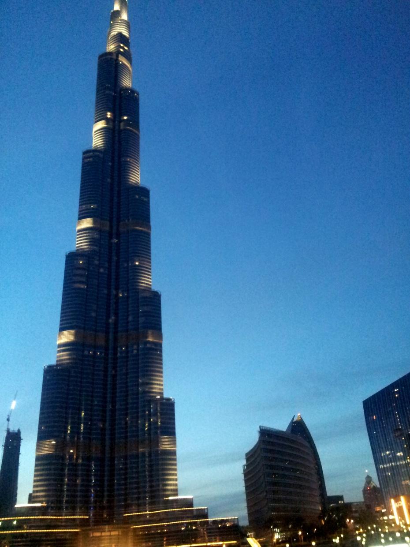 迪拜世界音乐喷泉在哈里发塔旁一个人工湖上,从湖中吸水喷入高空后