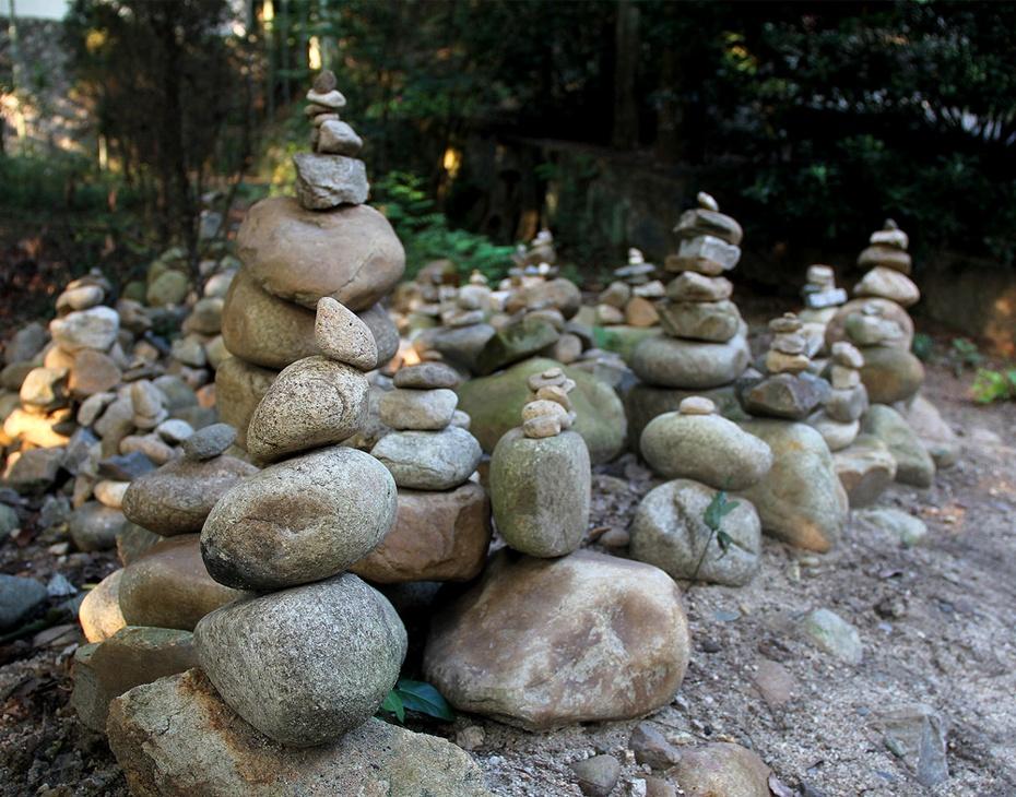 可能是游客仿玛尼堆或佛塔,摆放的石头堆