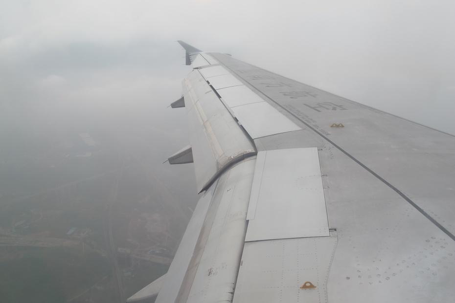 飞机从广州白云机场起飞后穿云破雾,经长沙黄花机场上空,成都双流机场