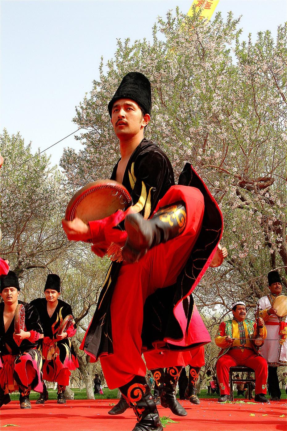 新疆塔吉克族小伙精彩的手鼓表演